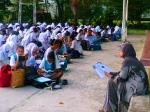 Pengetua SMKTPH sedang membaca buku bersama-sama pelajarnya