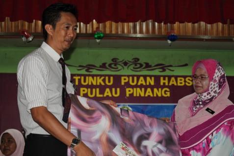 Pengerusi Kelab Guru En.Yusri Rahmat menyampaikan cenderahati daripada Kelab Guru