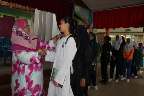 Bersalaman dengan pelajar